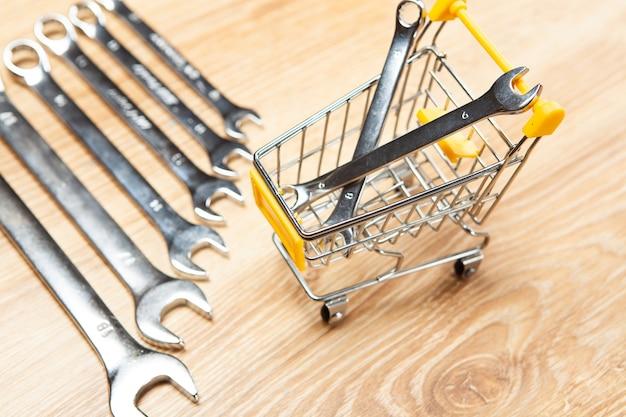 Panier et clés. concept d'achat en ligne
