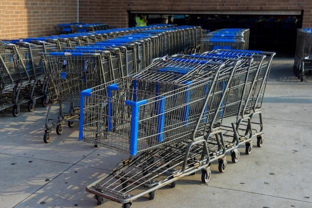 Panier devant le dépanneur près de l'entrée du supermarché le parking