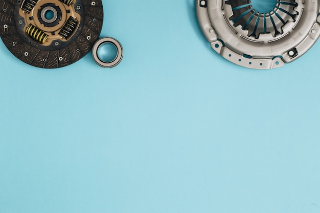 Panier de disque de mécanisme d'embrayage automobile et roulement pour auto sur fond bleu pièces de voiture espace de copie à plat