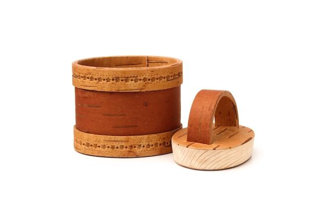 Panier d'une écorce de bouleau avec un couvercle en bois isolé sur fond blanc