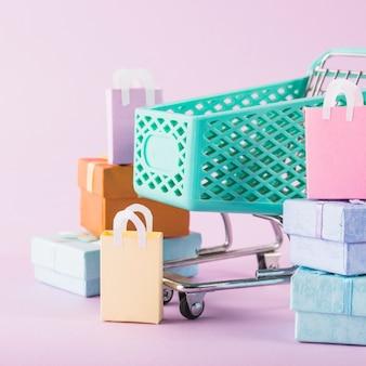 Panier d'épicerie avec des coffrets cadeaux colorés