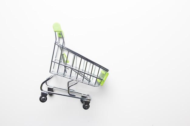 Panier d'épicerie avec poignées vert clair sur un gros plan de fond isolé blanc.