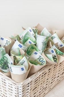 Panier euro billets blanc main cent contexte cadeau présent emballage emballage