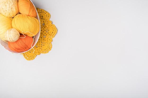 Panier avec fil de laine et espace de copie