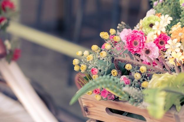 Panier de fleurs en bois sur le vélo, saint valentin