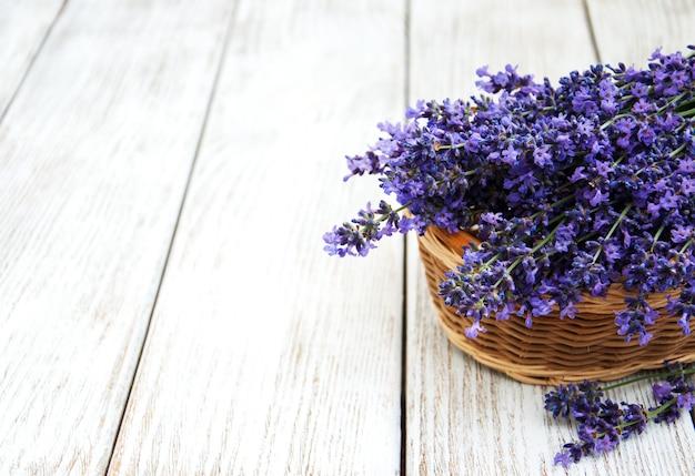 Panier avec des fleurs de lavande