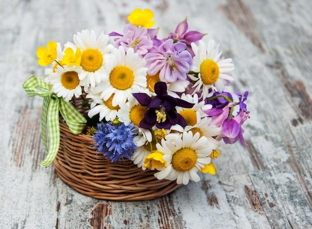 Panier avec des fleurs sauvages