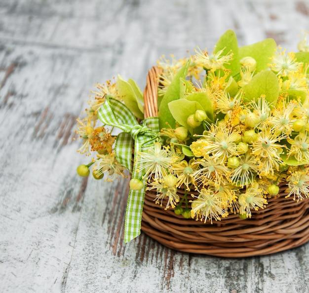 Panier avec des fleurs de tilleul