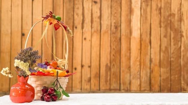 Panier avec des fruits et des fleurs