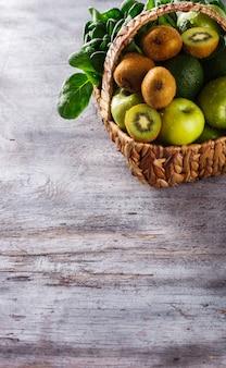 Panier de fruits et légumes verts.