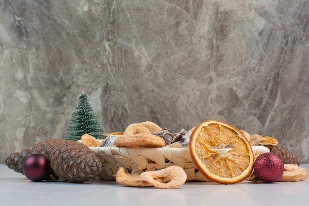Un panier de fruits secs sains mélangés avec des pommes de pin. photo de haute qualité