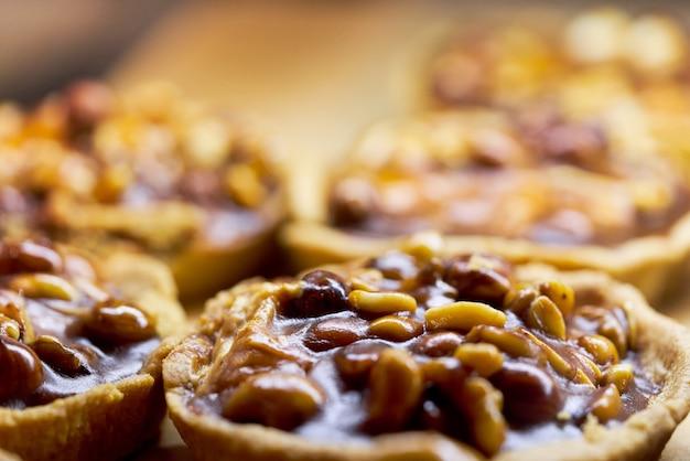 Panier à gâteau aux noix rempli de caramel et de lait concentré. fond de près