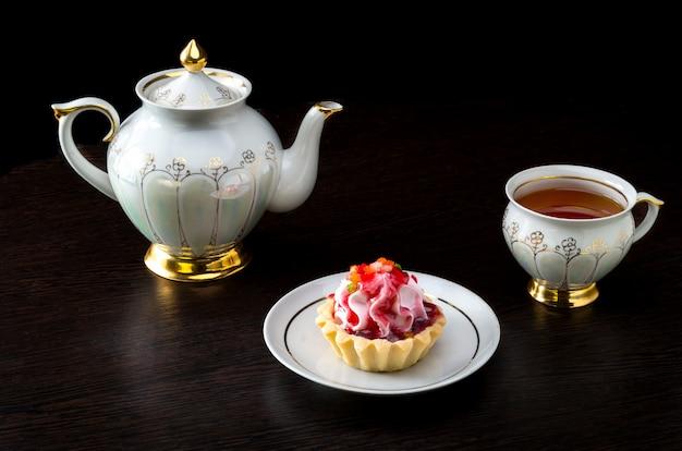 Panier-gâteau avec confiture et service à thé