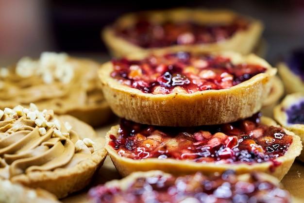 Panier à gâteau avec des fruits recouverts de gelée sur la vitrine d'une pâtisserie. fermer
