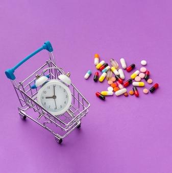 Panier de jouets avec horloge et pilules à côté