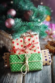 Panier avec des jouets de noël et des cadeaux de noël sur un fond en bois