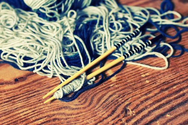 Panier en laine tonique et aiguilles à tricoter