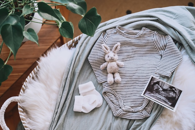 Panier à langer bébé avec image échographique body bébé lapin tricoté