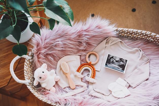 Panier à langer bébé avec image échographique body jouets en bois nature morte de produits pour enfants