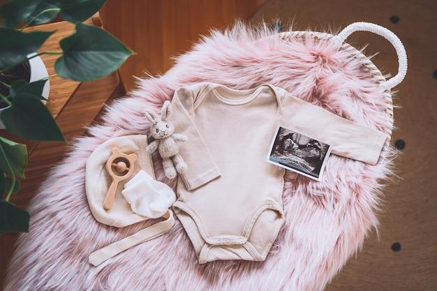 Panier à langer avec image échographique body bébé peluches et jouets en bois