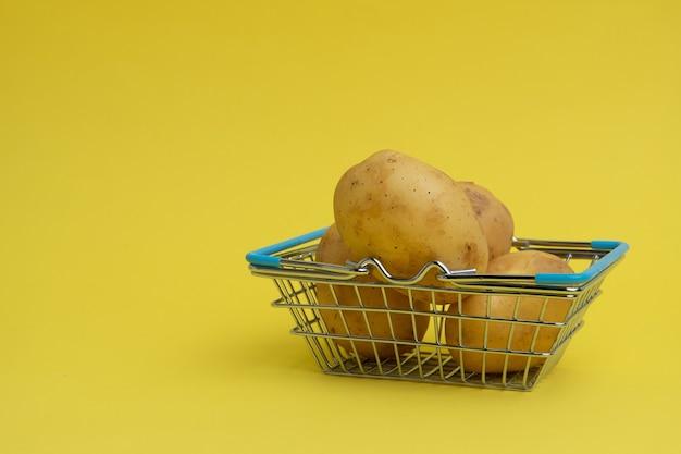 Panier avec des légumes. concept de livraison