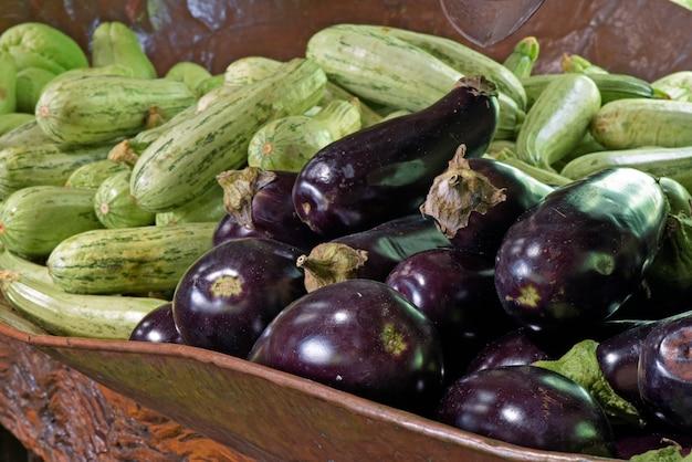 Panier de légumes dans un plateau en cuir