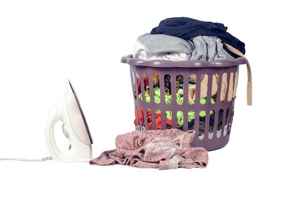 Panier à linge à la main laver ou laver dans un atelier de lavage sur blanc