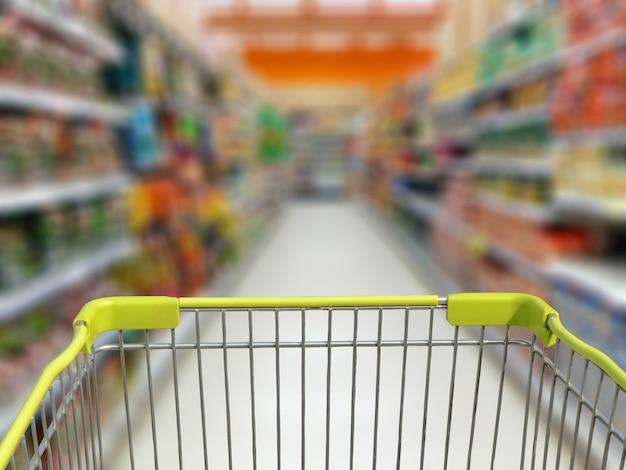 Panier sur le magasin de supermarché