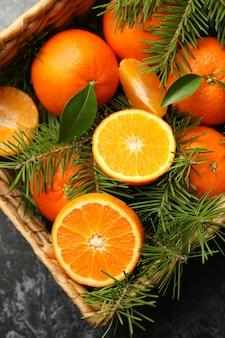Panier avec mandarines et branches de pin