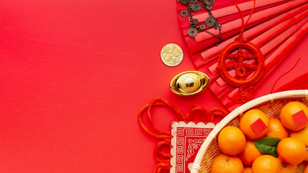 Panier de mandarines et pendentif nouvel an chinois