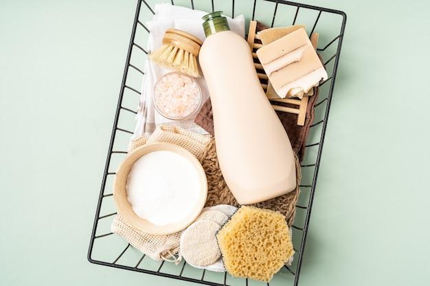 Panier de nettoyants naturels écologiques avec éponge de savon à brosse à vaisselle au bicarbonate de soude sur fond vert