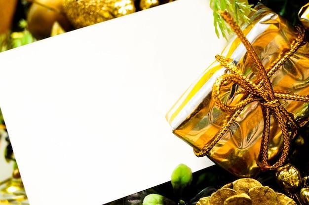 Panier de noël avec une feuille de maquette de cadeaux pour votre texte