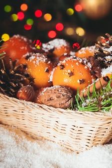 Panier de noël - sapin, mandarines et épices sur la neige