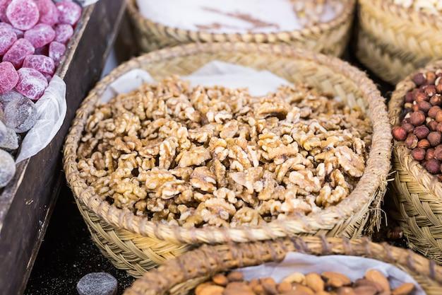 Panier avec des noix pelées