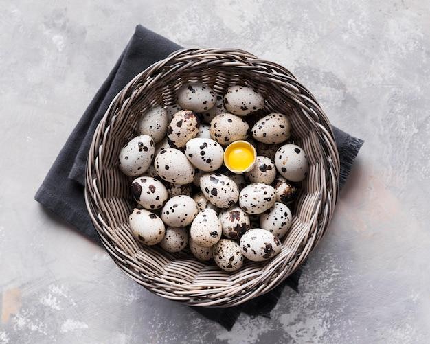 Panier avec des œufs de caille
