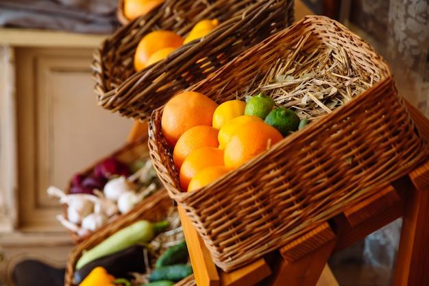 Panier en osier avec fruits frais et aromatiques