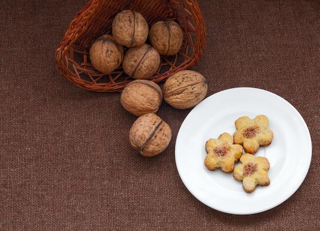 Panier en osier avec noix et pâtisserie sur une assiette
