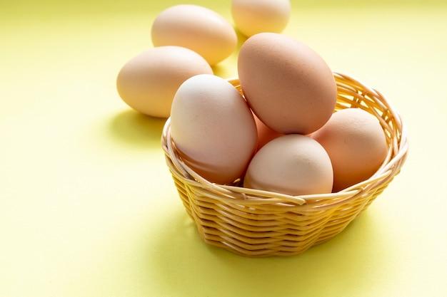 Panier en osier avec oeufs de poules élevées en liberté