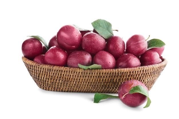 Panier en osier avec prunes mûres