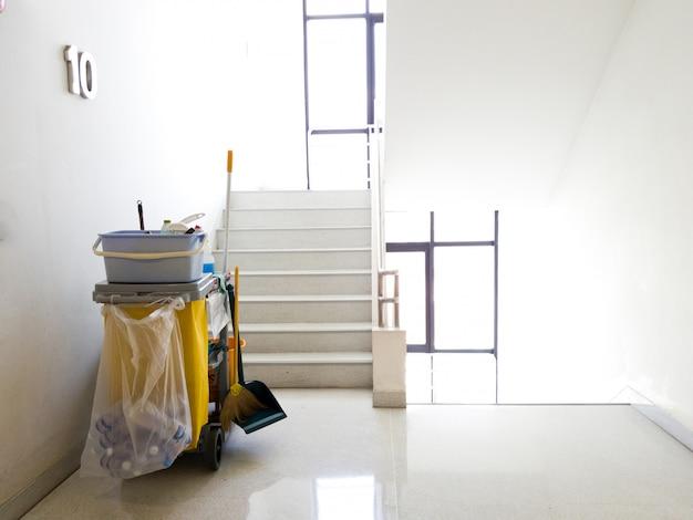 Le panier d'outils de nettoyage attend le nettoyeur.seau et équipement de nettoyage au bureau.