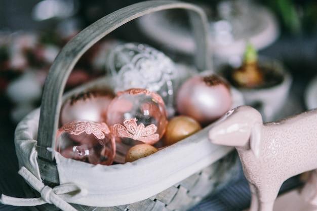 Panier de pâques avec un agneau et des boules