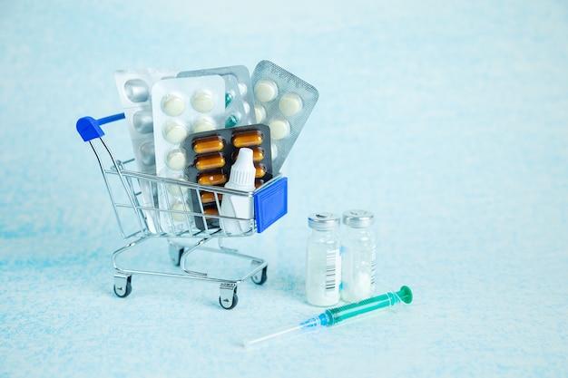 Panier avec des pilules sur une surface bleue
