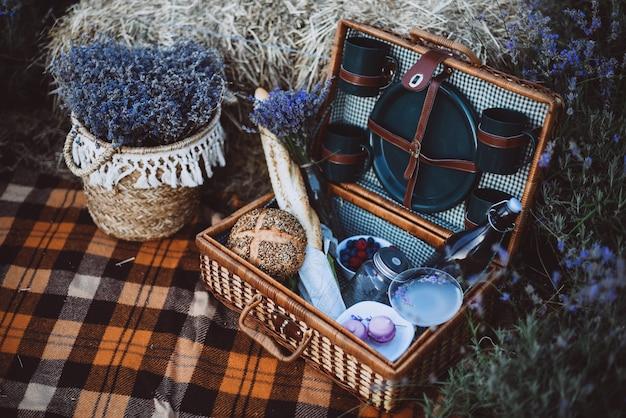 Panier de pique-nique dans le champ de lavande