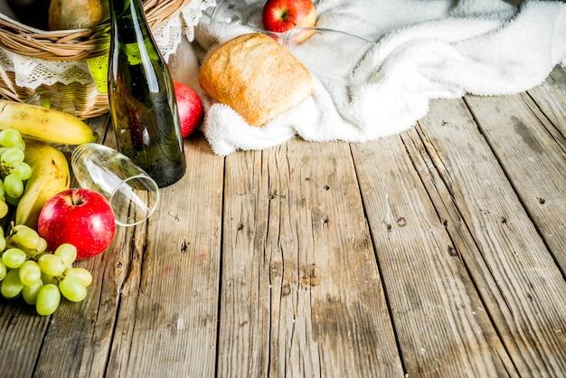 Panier pique-nique avec pain aux fruits et vin