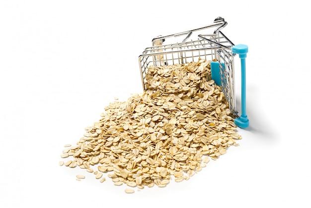 Panier plein de flocons d'avoine. chariot de supermarché avec des flocons d'avoine dorés