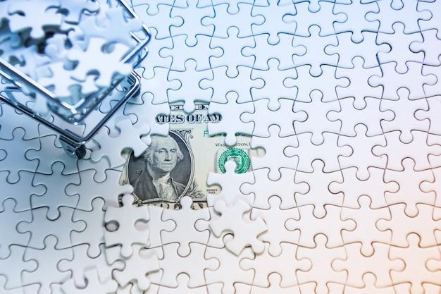Panier plein de puzzle sur fond de dollar d'argent, concept de solution d'entreprise, clé du succès