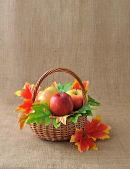 Panier de pommes avec des feuilles d'automne