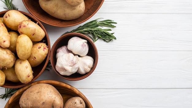 Panier avec pommes de terre et copie-espace