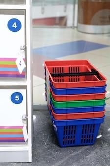 Panier à provisions, armoire de rangement de supermarché. notion de sécurité