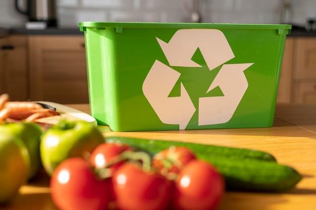 Panier de recyclage sur la table de la cuisine